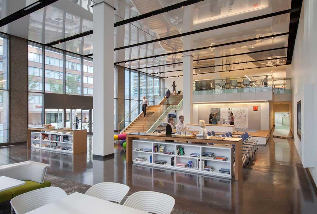 Bureau HOK - Le Foyer avec ses panneaux plafond réfléchissants
