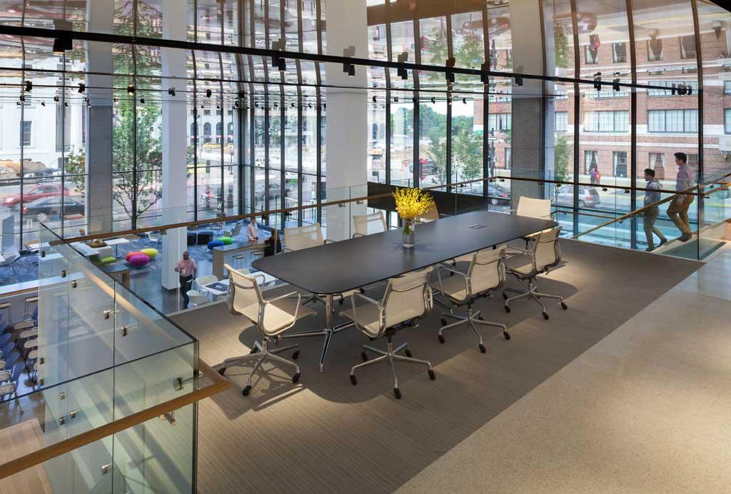Bureau HOK espace de réunion avec ses panneaux plafond personnalisés